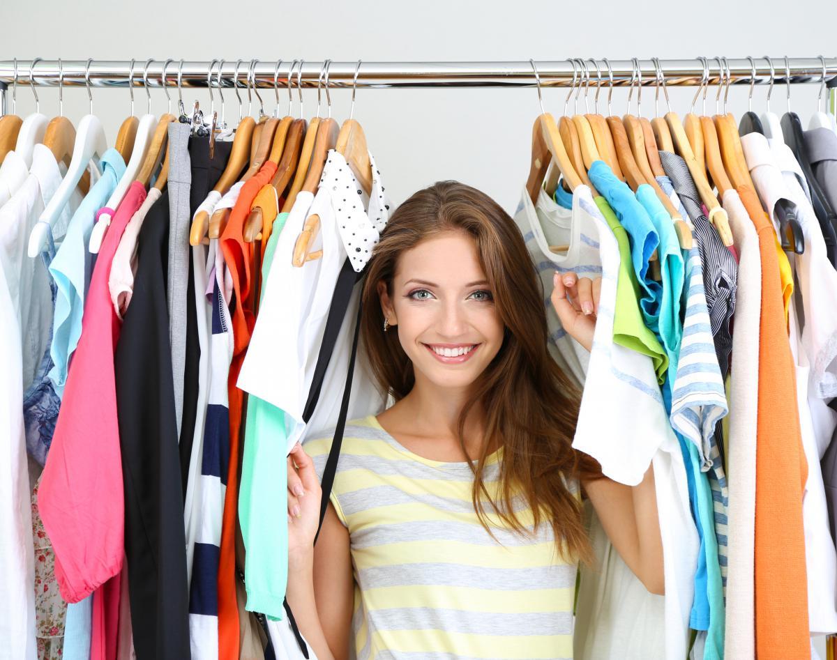 У девушек отбирают одежду 26 фотография